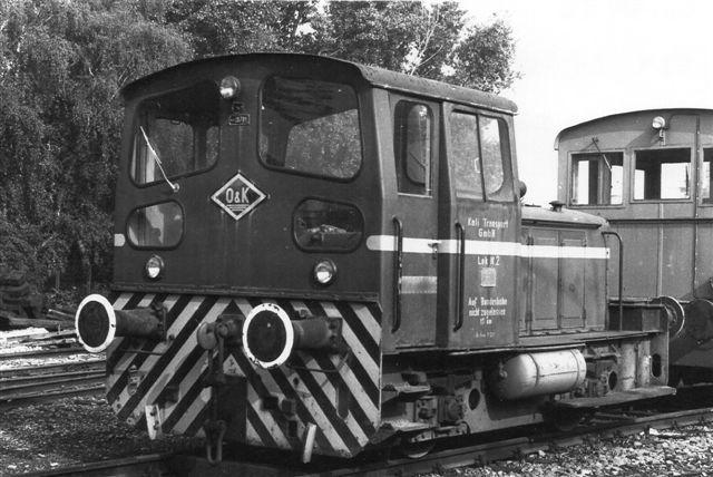 Et tidligere lok 2 måttet MaK tage i bytte for 763'eren. Den ses her i Moers hos MaK. Bagved ses lidt af Kiels Havnebaners nr. 4, Sprotte, en gammel DWK. Den gamle lok 2 var O&K 25781/19??. Foto: Günther Barths 1982.
