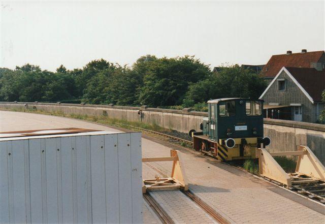 I 1992 havde fabrikken dog fået et spor inden for hegnet, men ingen vogne. Samme år anlagdes endnu et spor, men jeg har aldrig set vogne der. Lokomotivet er Deutz 57675/1963. KS55B. Som ny til MBB. Foto fra 1996.
