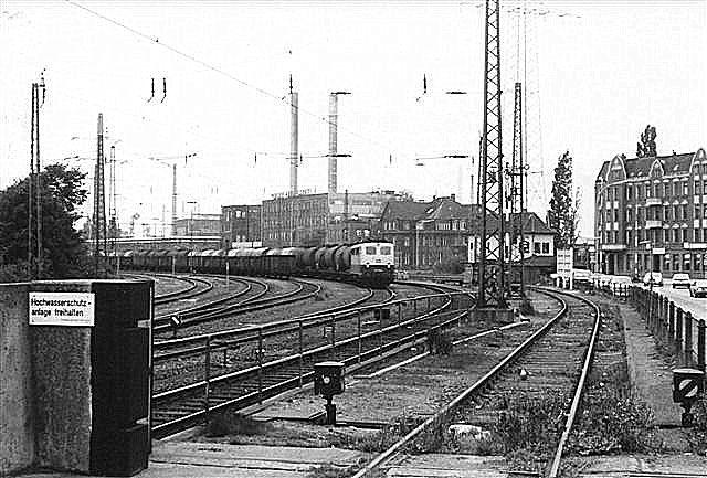 Billedet viser egentlig godsbanegården Harburg-Unterelbe med blandt andet et stor olietog klar til afgang. Til venstre ses dele af en højvandsmur. Både sporet (til Hobum) og vejen til højre kunne spærres med låger. Muren er ikke så høj her, da området lå højere. Sporrillen var noget af det, der krævede sandsække.