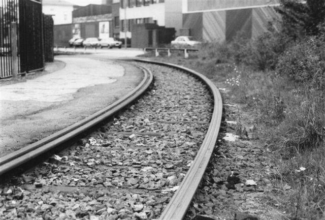 Om dette er en ægte Deutscjlandskurve, men skarp er den og måtte ikke befares af DB-lokomotiver. Venstre skinne har tvangsskinne, mens højre skinnehoved er ti centimeter brædt og forsinet med to rille til flangen. Vi er i Blohmstrasse i Harburg 1985.