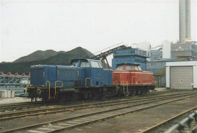 Firmaet lok 1 var MaK 600348/1960, 650D oprindeligt Kraftwerk Wedel. Det det røde, der dog også tidligere var mørkeblåt. Lok 2 var formentlig MaK 500018/1955. 600D. Det var uden plade. Både driftsnummer og byggeår opgivt lidt forskellig. Foto 1988. I 2002 køre her blot en tovejes.