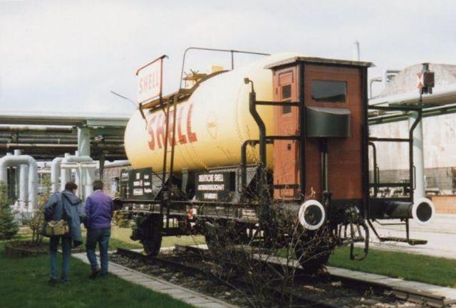 En tankvogn fra min barndom. Den er fra 1913. I bremsehuset kørte en bremser med, da godstogene ikke havde gennemgående bremse. I min tid brugtes bremsehuset dog kun ved stødrangering. 1988.