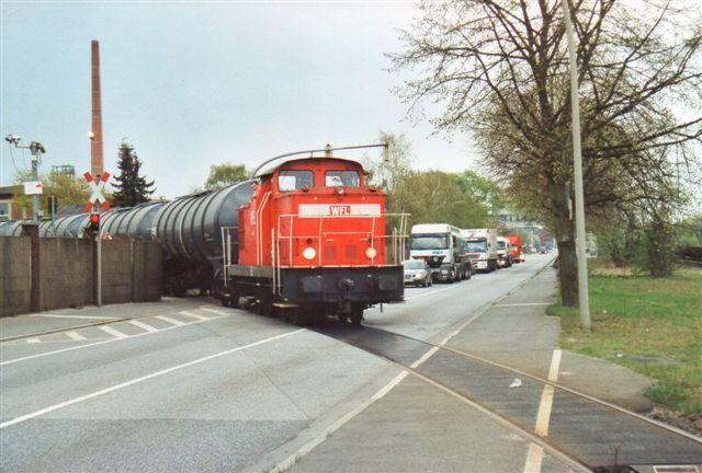 WFL 10, 346 685-1 rangerer hos Shell 2008. Lokomotivete r en østtysk V 100 fra LEW med kobbelstænger. Den har 25 vogne på krogen 100 aksler. WFL står for Wendler & Franz GbR Lokomotivdienstleistungen,