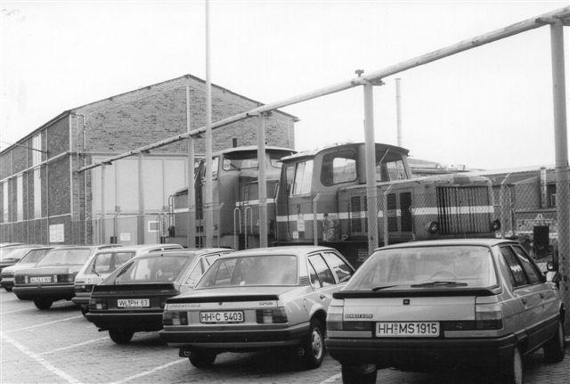 Esso 2, Gmeinder 5093/1958 og Esso 3, Henschel 25599/1954. Lokomotiverne var røde. Foto 1986.