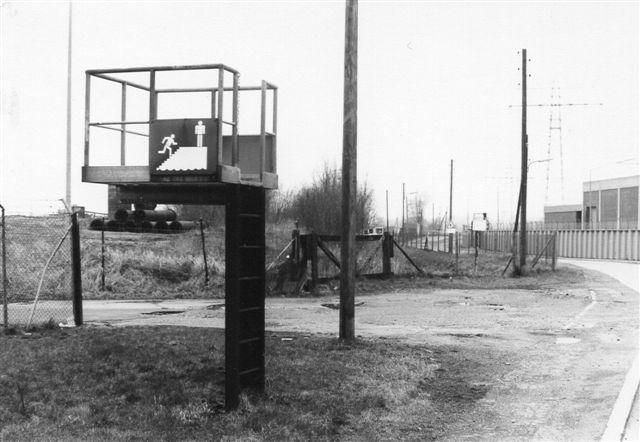 På Moorburger Hochdeich (gadenavn) mellem Moorburg og Harburg stod dette bygningsværk. I følge skiltet skal man benytte trappen, hvis man kan finde den. Eller er det meningen, at man ved stormflod skal kravle op af stigen og på platformen afvente afhentning af helikopter. Der var flere af disse redningsplatforme i området, men lige denne blev kort efter utilgængelig, da veje blev lukket og arealet solgt til industri. 1988.