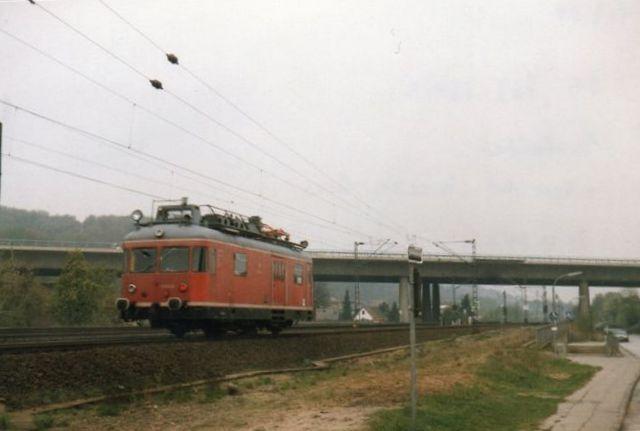 Langs banen Harburg - Cuxhafen lå Nivea, der ikke havde spor, men der skulle have været både spor og lokomotiv samt Mercedes, hvor sporet nylig var optaget. Også her skulle der have været lokomotiv. Det nyligt optagne spor ses i forgrunde som en grusstribe. På hovedsporene holdt DB 702 164-5. Foto 1989.
