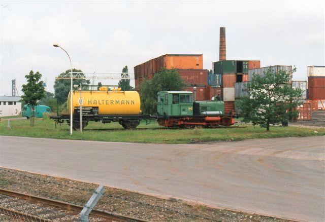 """Endnu i 1990 kørte Haltermann med en gammel nr. 2, Deutz 42861/1942 med en fortid ved militæret. De sidste år kørte den med en stor """"Nuser"""" (radisserne) som kølerfigur. I 1992 var den opstillet som Denkmal sammen med en festlig vogn. Foto 1996."""