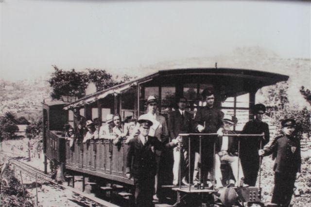 Affoto af postkort, der viser tog og personale. Ukendt tidspunkt.