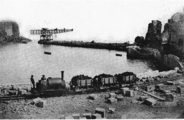 Så er havnemolen under anlæg. Materiale tilkøres med damptog. Lokomotivet er ukendt, men uden tvivl britisk. Affoto af postkort uden data.