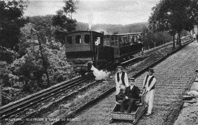 Lokomotiv skubber én personvogn op mod Monte. En slæde er på vej ned. Der er endnu brosten på vejen. Skanning af originalt postkort. Tidspunket er vel omkring Første Verdenkrig.