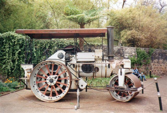 I Santa Catarinaparken stod en gammel maskine. Måske en skærveknuser eller en vindruehakkemaskine? Ved siden af stod Fowler 16946. Byggeår ukendt. Foto: Elisabeth Blom 1999. I 2016 stod maskinen der stadig.
