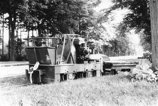 Andetsteds var man ved at grave rør ned under vejen. Hertil brugtes også tog. Jung 5942/1935 type EL 105 fremfører toget.