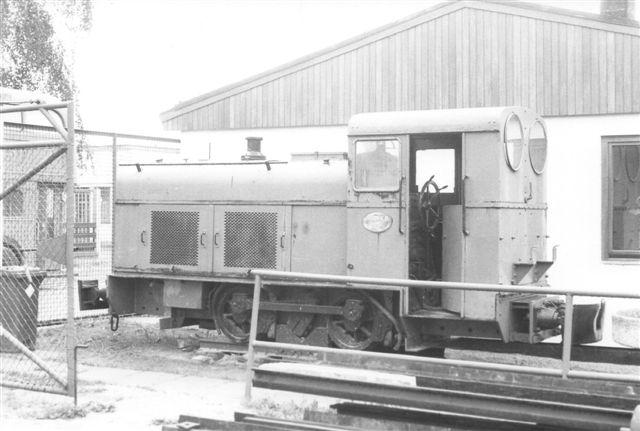 Ved indgangen stod siden 1966 et Denkmal, Deutz 17134/1936 type A3M 220 F. Foto 1987.