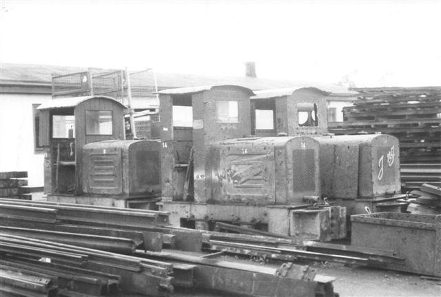 Tre lok fra entreprenør Pauli Petersen, Husum. Det er fra venstre nr. 8 eller 11 uden plade. Den fører begge numre. I alle tilfælde en Jung. Den var nylig solgt til et museumsteglværk i Schweiz. I midten 14, Jung 7974. Til højre 13, Jung 6735.