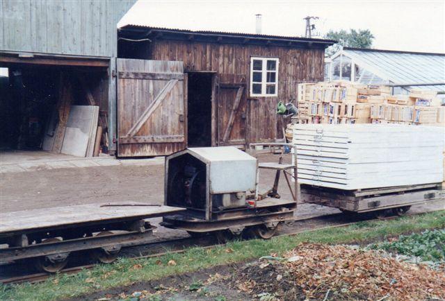 Ochsenwerder Elbdeich 245 - 247 havde som eneste bane 600 mm sporvidde. Også her var trækkraft. Det var Hatlapa 9819/1956. 6 hk. Købt gennem Eilers.