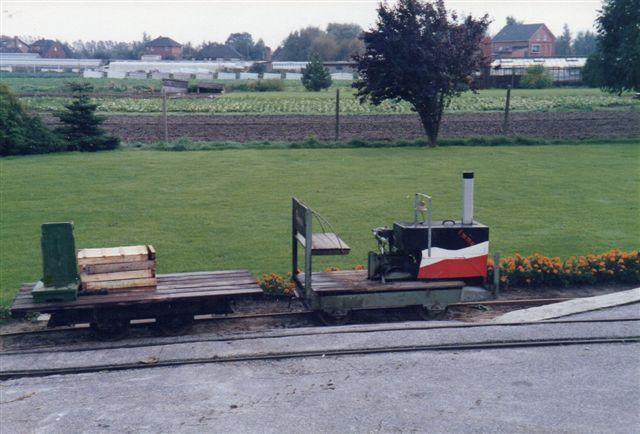 I nr. 303 kaldte de deres lokomotiv for Emma. Motorhuset var konstrueret til glæde for landliggerne i campingvognen lags elbdigerne. De kom her og købte grøntsager og fik så en tur med toget på forlangende.