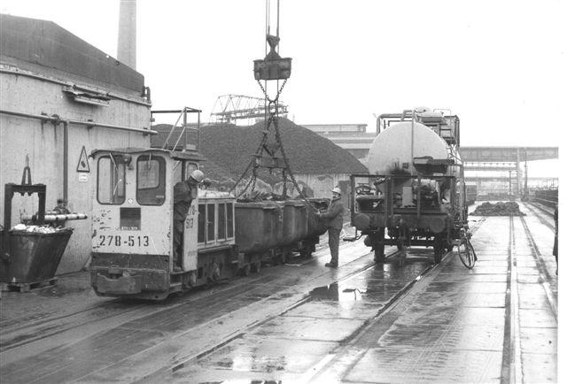 278-513, Schöma 4125/1976 type CH L 60 G. 72 hk. 10 t.16 km/t fremfører et tog, der tømmes for malm. Lidt af værksvogn 1 ses.