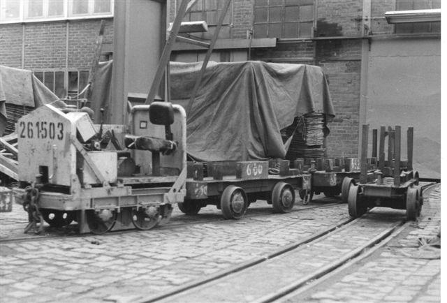 Firmaet havde også et par skinnekulier i drift. Her 261-503, Strüver 60573/1966. 6 hk. 0,730 t. 8 km/t. Foto: Ulrich Völz.