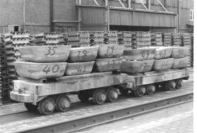 Nystøbte zinkbarrer på fireakslede vogne.