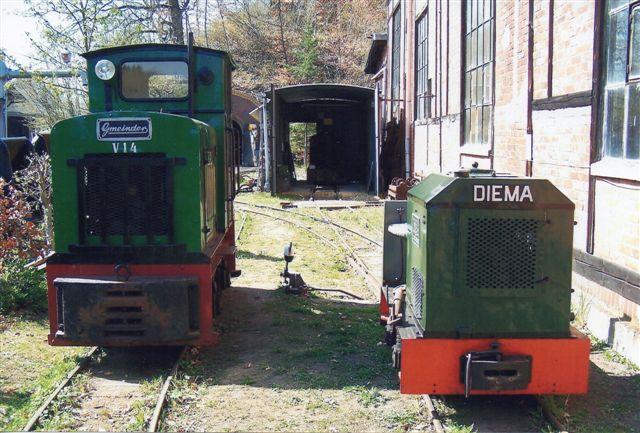 VVN V 23, Diema 2191/1968, DL 6, 7,5 hk, 600 mm, ex. Möller, Worpswede og VVN V 14 (med førerhus,) Gmeinder 4276/1946, 4,2 t, 600 mm, Ex Eichengrunn, Frankfurt a. M. 1987. Foto 2010.