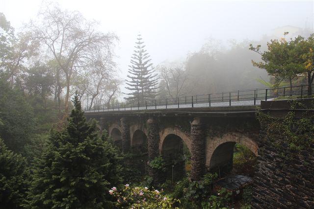 Jernbanebroen i Monte set fra øst fra Largo da Fonte. 2016. Skyerne lå lidt lavt den dag. Det er ikke mig, der er omtåget.