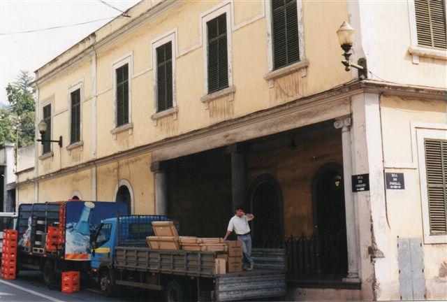Stationen i Funchal, Pombal i (Rua) Caminho do Coloboio set fra gaden 1999. Fra gårdsiden var der ikke mange spor. Perron? Remise? Men i så fald nu uden porte.