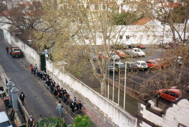 Allerede søndag morgen tidligt kom klasse efter klasse af velopdragne skolebørn i uniformer anført af nonner forbi vort hotel på vej til den nærliggende jesuitterkirke.