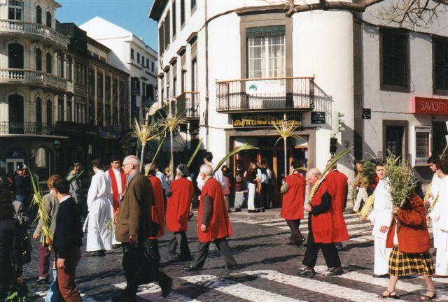 Optoget førtes an af byens spidser i røde kapper. Måske er det menighedsrådet.? Måske er det de(t) samme?