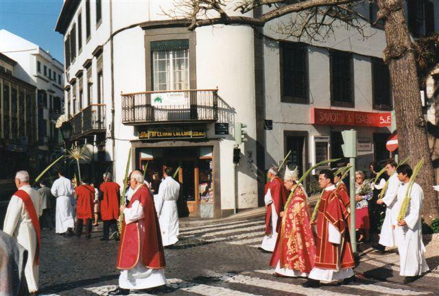 På et tidspunkt forlod alle kirken for at gå i prosession gennem byen. Her fører bispen an.