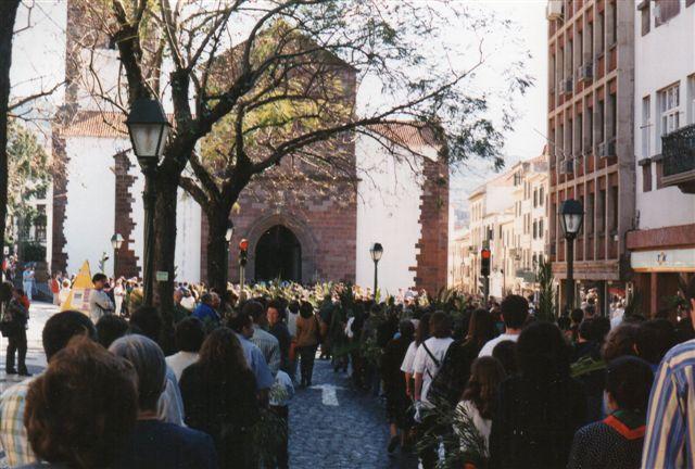 Optoget var enormt, men alle slusedes ind i Domkirken, der allerede var fuld. Jeg talte pladser og rækker og gangede op med tillæg af anslået antal stående. Vi var formentlig omkring 5000 i kirken. Efter tre timers ståen, kunne vore ben ikke mere, så vi listede af.