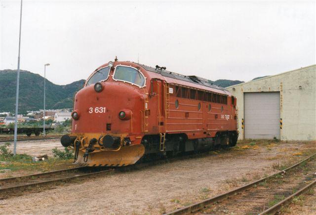 NSB Di 3.631 i Bodø for enden af den mere end 700 kilometer lange dieselbane fra Trondheim. Fen stod her i reserve, Samme type fadtes hos DSB, der kaldte den My samt i Ungarn (M 62,) og på Cuba har jeg også set dem. Foto fra 1997.