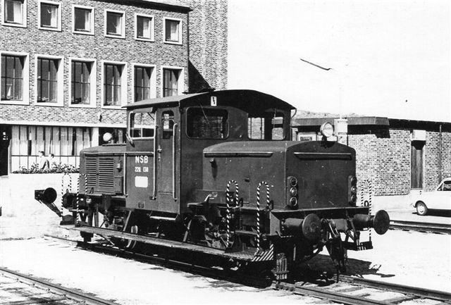 NSB Skd 220.130 som rangermaskine i Bodø 1969. Foto: S. Thostrup-Christensen. Maskinen ligner en Skd 214 bygget i 31 eksemplarer af Kockums. Denne Skd 220 var dog bygget i Kronstad på NSBs værksteder. Det er bygget 1963 med en Rolls-Royce dieselmotor, men det har ikke byggenummer.