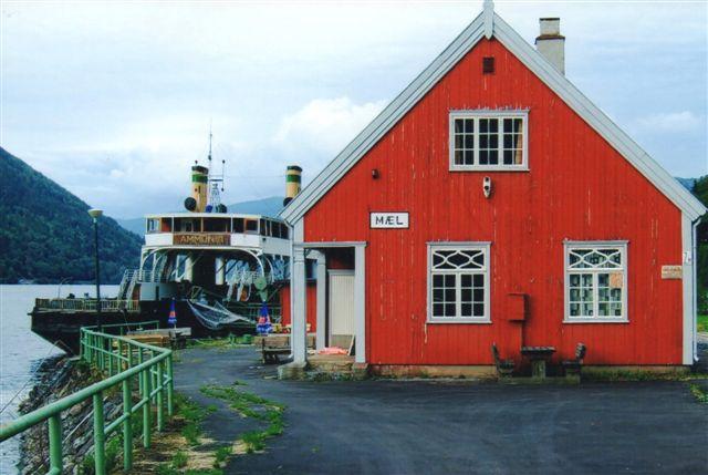 Mæl Station, hvor Rjukanbanen begynder. I baggrunden den bevarede jernbanefærge. Foto: Bo Svensmark 2010.