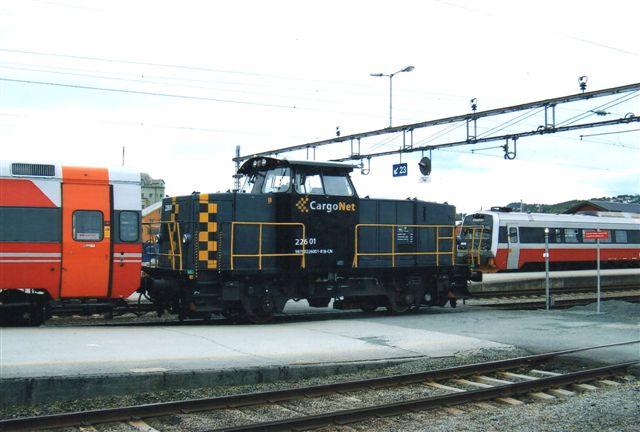 CargoNet 226.01 i Trondheim som en af mindst tre rangermaskiner. De satte også personvogne på plads som her skønt betegnelsen cargo. Foto 2011.