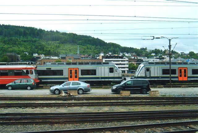"""NSB BMF 70 i Drammen """"skudt"""" fra kørende tog af Edit Laursen 2011."""