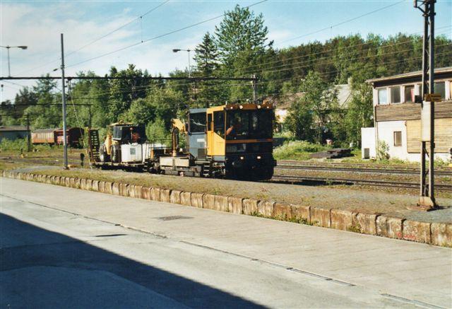 Baneeservice 30-36-5141, Robel ?/1?? i Narvik 2002. Trolje havde krab og medførte en fladvogn med en gummiged. Til højre kommandoposten og bag fotografen stationsbygningen.
