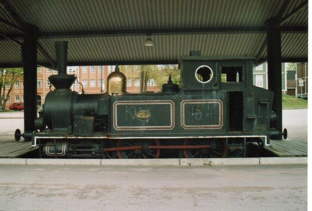 Her er tale om et rent privatbanelokomotivdenkmal. Munktell 25/1890. NOJ 12, Nässjö - Oscarshamn Järnväg, senere SOEJ 1, Sölvesborg - Olufström -Älmhult Järnväg.,Foto fra 2006.