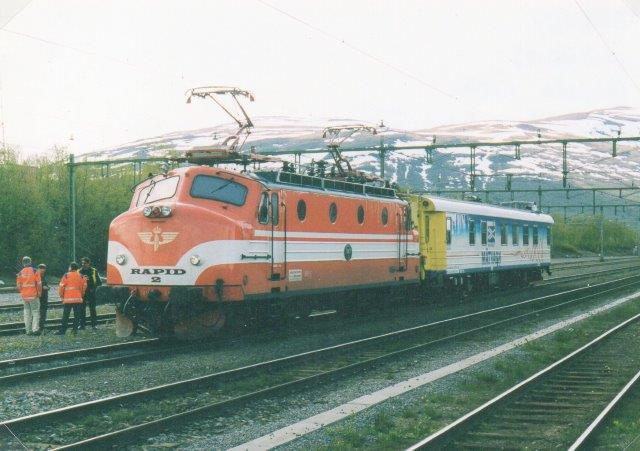 SJ Rapid 2 eller BJ Ra 874 med en målevogne i Abisko (Östra.) Foto: Ulrich Völz.
