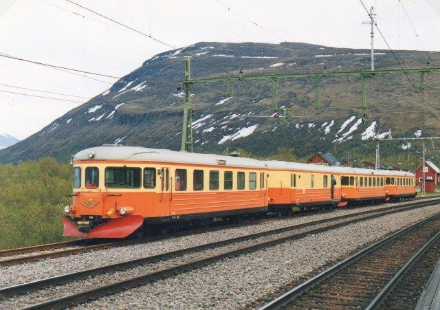 Svenska Motorvagns Klubben, SMoK YB 70 1177 + YB 06 1171 + UDF 015 2004 ? YB 06 1116 på Besøg i Björkliden på Malmbanen 2003. Foto Ulrich Völz.