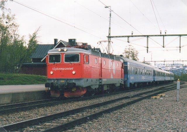 Tågkompaniet 1, ex. SJ Rc6 med ukendt oprindeligt nr. Foto: Ulrich Völz i Björkliden 2003.