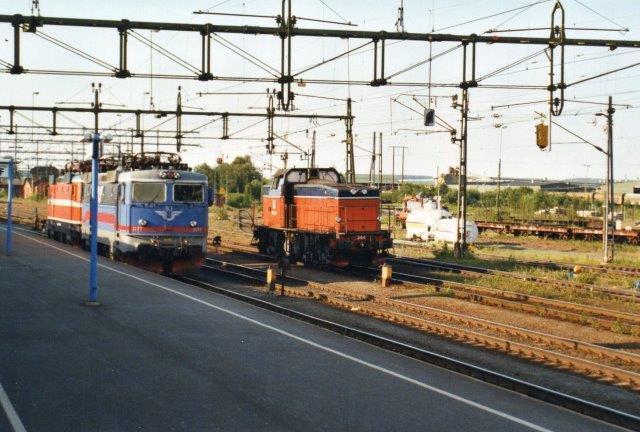I Boden C holdt også SJ Rc4 1177 samt en Rc i gammel bemaling. Til højre SJ T44 344. Billedet er taget fra kørende tog, så jeg fik ikke nummeret på påhænget. 2002.