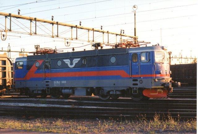 SJ Rc1 1016 i Borlænge C. I forhold til billederne nedenunder er farvene nye. 1997.