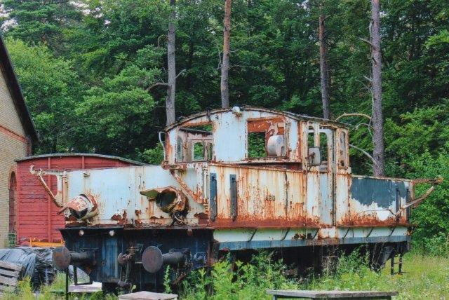 AEG lokomotivet, der i mange år har stået ude hos Ångtoget på Österlen også kaldet Skånska Järnvägar. Lokomotiv 420 fra AEG er et akkumulatorlokomtiv fra Sukkerfabrikken i Arlöv. Brösarp 2013.