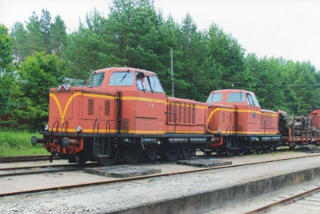 SJ T2 74 og SJ T21 66 i Brøsarp hos Ångtoget på Österlen 2013. De byggedes i sin tid af MaK, og DB havde også typen.