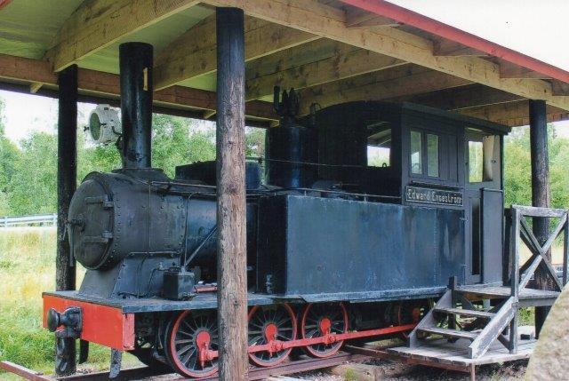"""Delaty - Strömsnäsbruk Järnväg 1, """"Edvard Engström,"""" Delary 1/1878. 643 mm. Lokomotivet står ved fabrikken i Delary sammen med nogle vogne, der efterhåndene r rådnede op. Delary 2013."""