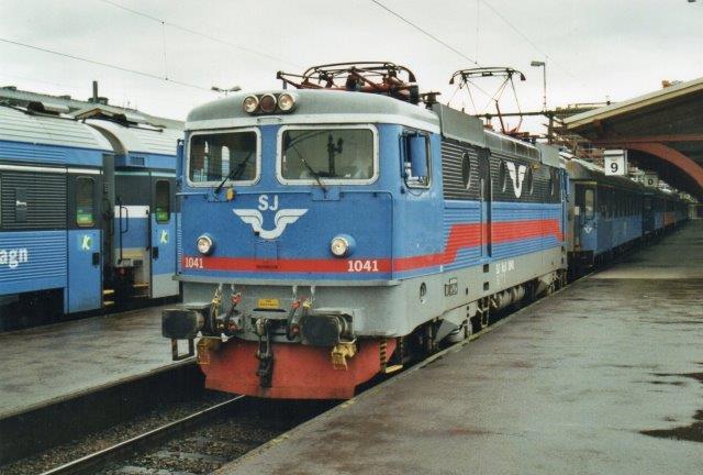 SJ Rc3 1041 i Göteborg 2002. Lokomotivet ses som SJ Rc2 1041 ovenfor.