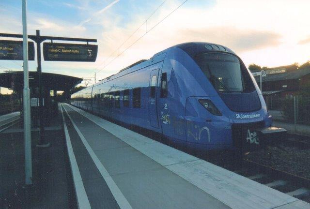 Skånetrafikken X 61 uden nr. Arriva kører. Typen er Alstoms Coradia Nordic. Vi er i Höör 2011. Foto: Edit Laursen.