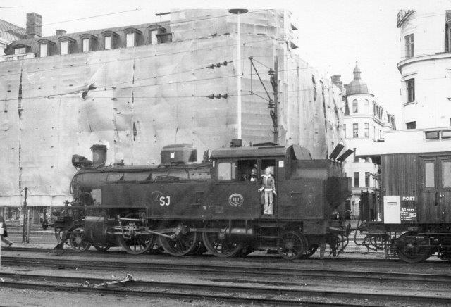Bortset far at vi ser et svensk damplokomotiv på Helsingborg C, har jeg ingen data. Jeg kan se, at jeg har lånte negativerne af afdød P. Thostrup Christensen, men jeg har ingen data. Det ligner en svensk jernbaneudflugt i 60'erne eller 70'erne.