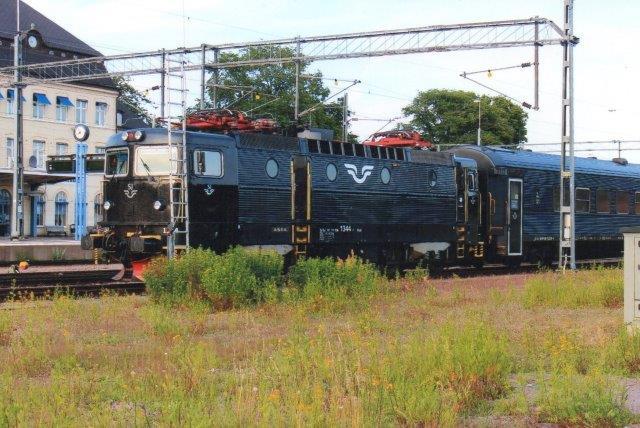 SJ Rc6 1344 med tog i Kalmar 2013.