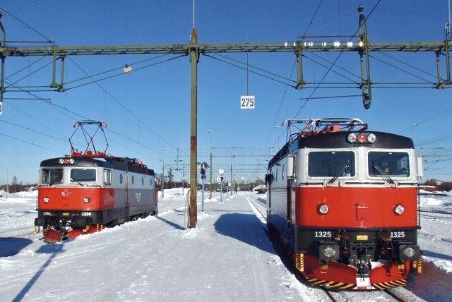 SJ 1325 og 1326 kører på Malmbanen et eller andet sted i 2010. Tilsyneladen er det nu igen SJ, der kører. Lokomotiver er røde og hvide til en afveksling.